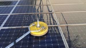 lavaggio adaalta pressione con getti rotanti su pannelli fotovoltaici